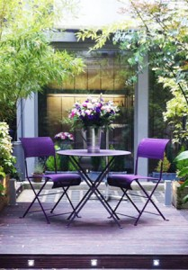 Villa-Violet-cour_arboree-chaises-2